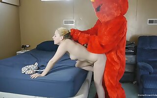 Amateur chick gets fucked boloney deep by a dude in the costume