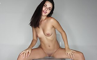 Solo brunette amazes with be that as it may slutty she can twitting